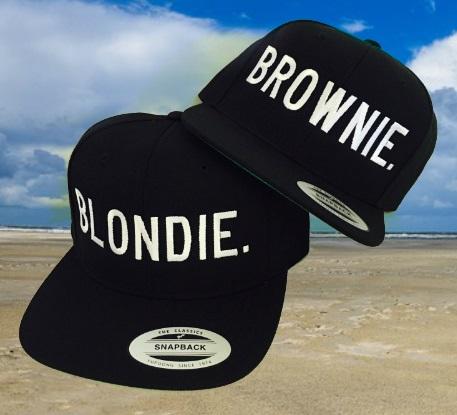 Blondie & Brownie pet cap met achtergrond